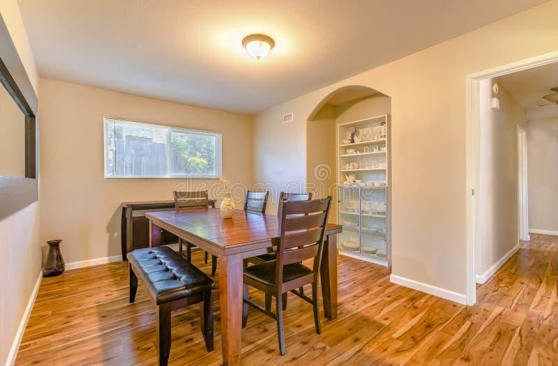 与木地板和土气木桌的小饭厅 免版税库存照片