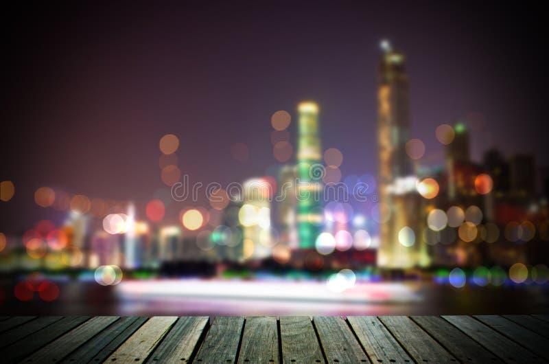 与木地板的抽象都市风景背景在晚上 免版税库存照片