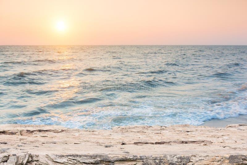 与木地板的海滩场面 免版税库存图片
