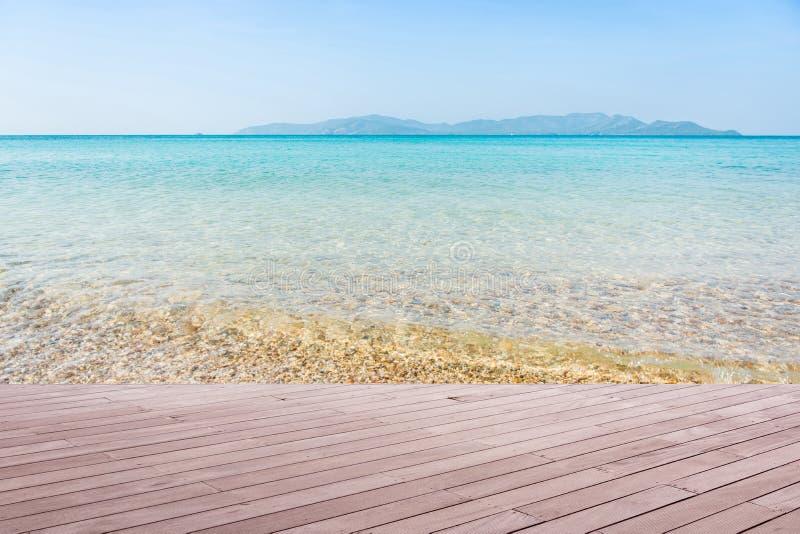 与木地板的海滩场面 免版税库存照片