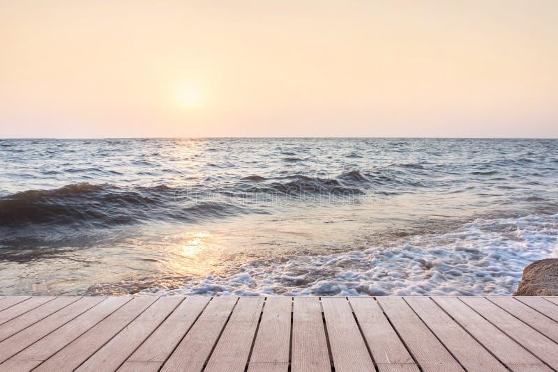 与木地板的海滩场面 库存图片