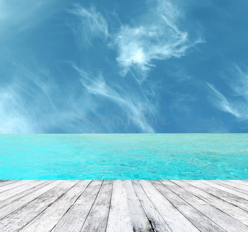 与木地板的美丽的热带天堂海滩 库存图片