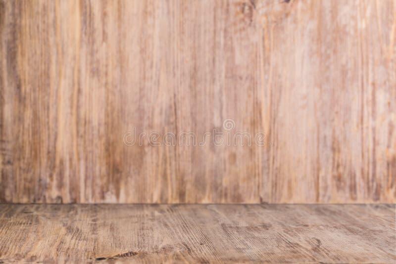 与木墙壁的木背景桌 免版税库存照片