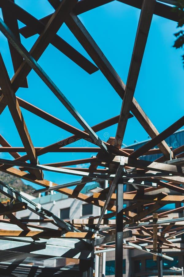与木头的建筑学结构从下面 图库摄影