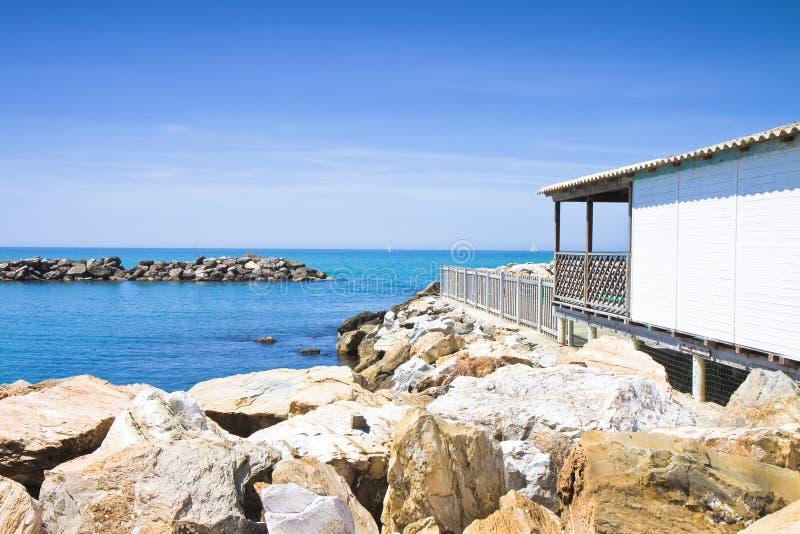 与木客舱、峭壁和海图象的意大利海岸线与 免版税库存图片