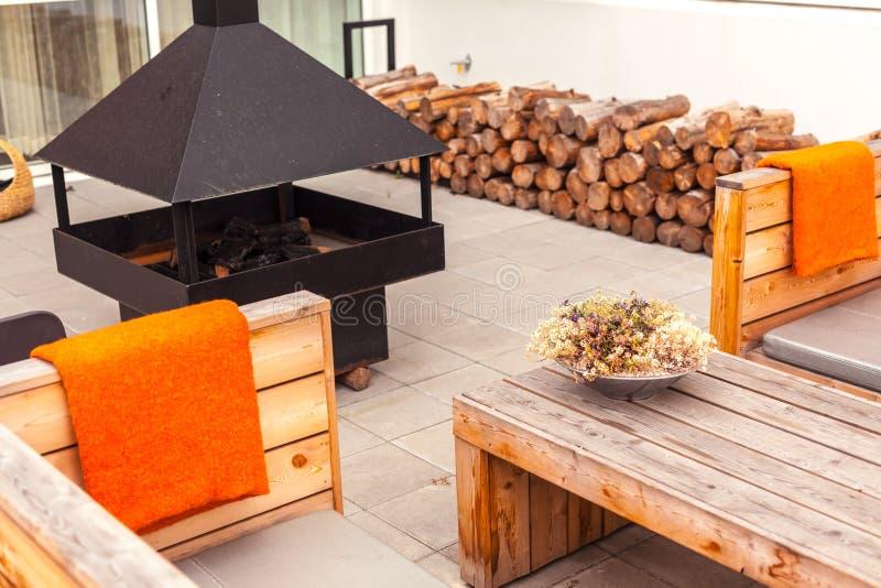 与木家具的室外餐馆大阳台 免版税库存图片