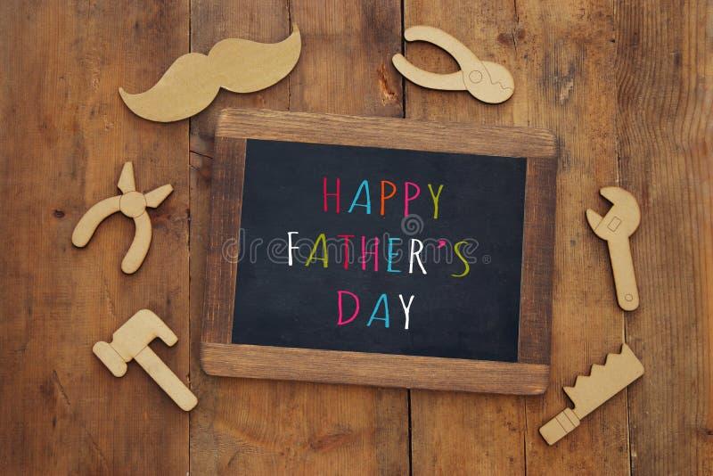 与木形状工具和黑板的父亲节构成 库存照片