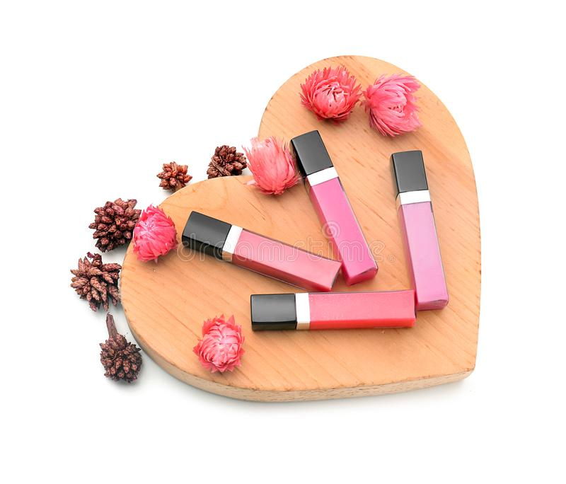 与木心脏的美好的在白色背景的唇彩和花 免版税图库摄影