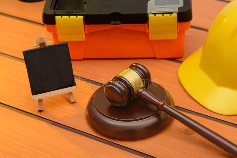 与木惊堂木的劳工法题材在桌上,立法概念 图库摄影