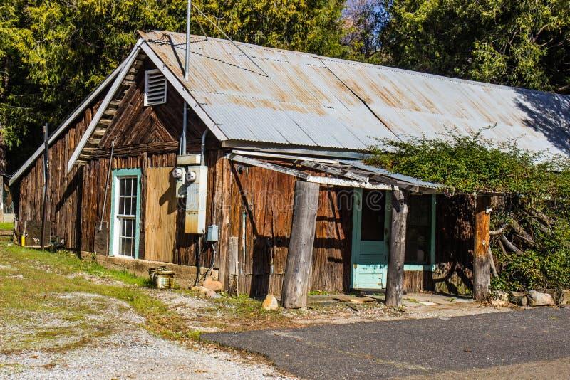 与木日志房屋板壁的土气罐子屋顶客舱 库存图片