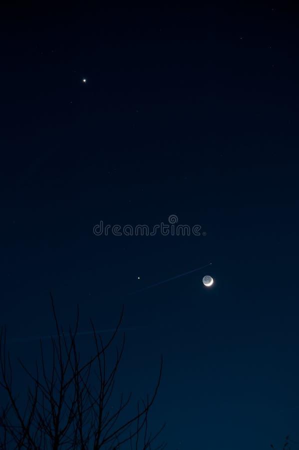与木星和金星的新月形月亮 免版税图库摄影