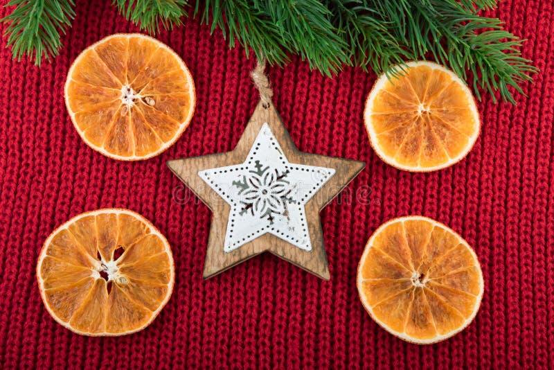 与木星的圣诞节装饰在红色羊毛织品 圣诞节土气静物画 免版税库存图片