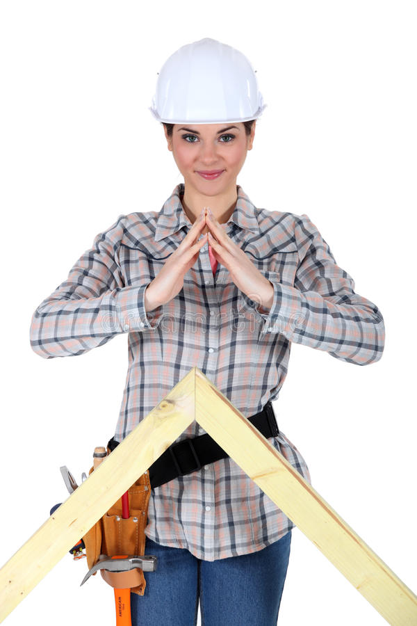 与木材尖顶的女性建造者 图库摄影