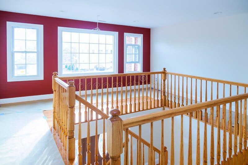 与木栏杆和硬木地板的新建工程家庭吹嘘的楼梯 免版税库存照片