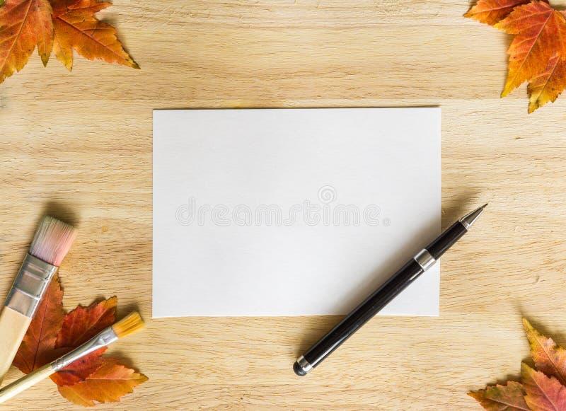Download 与木桌和秋季叶子的背景纹理 框架,做由笔、画笔、秋叶和白皮书 库存照片 - 图片 包括有 框架, 葡萄酒: 62528282
