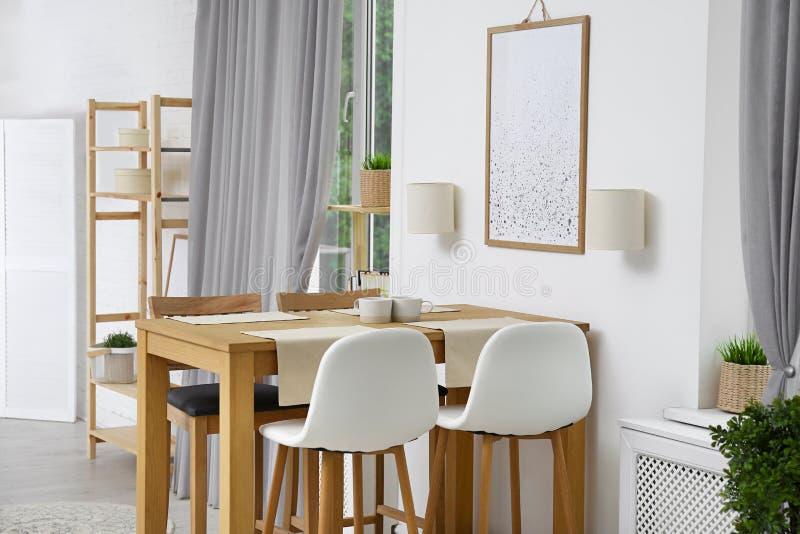 与木桌的现代室内部 免版税库存照片