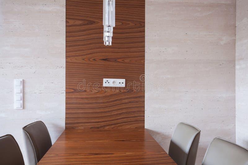 与木桌的饭厅 库存图片