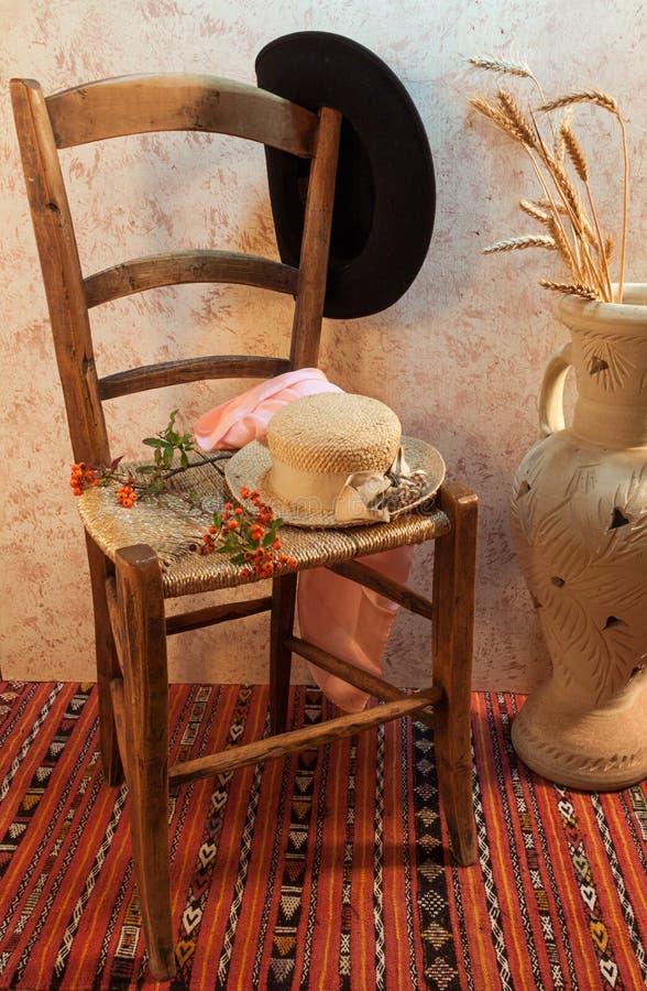 与木椅子的静物画 免版税库存图片