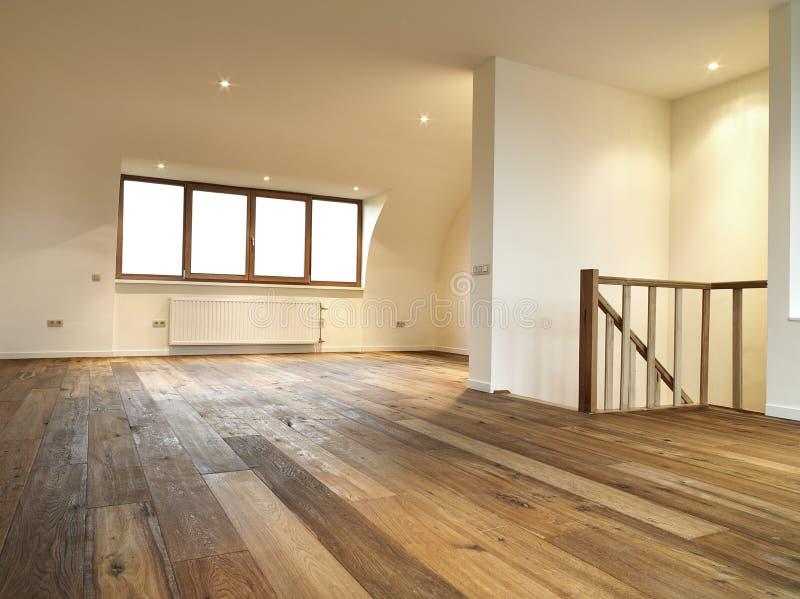 与木楼层的现代内部 库存图片