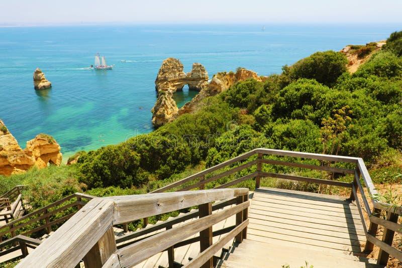 与木楼梯的惊人的风景对普腊亚在拉各斯,阿尔加威,葡萄牙附近做卡米洛海滩 库存图片