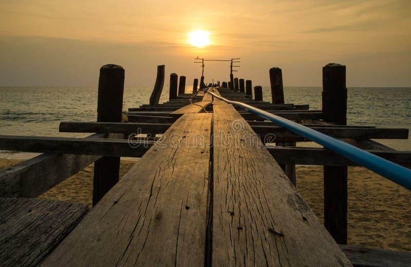 与木渔夫桥梁, andaman泰国的日落 图库摄影