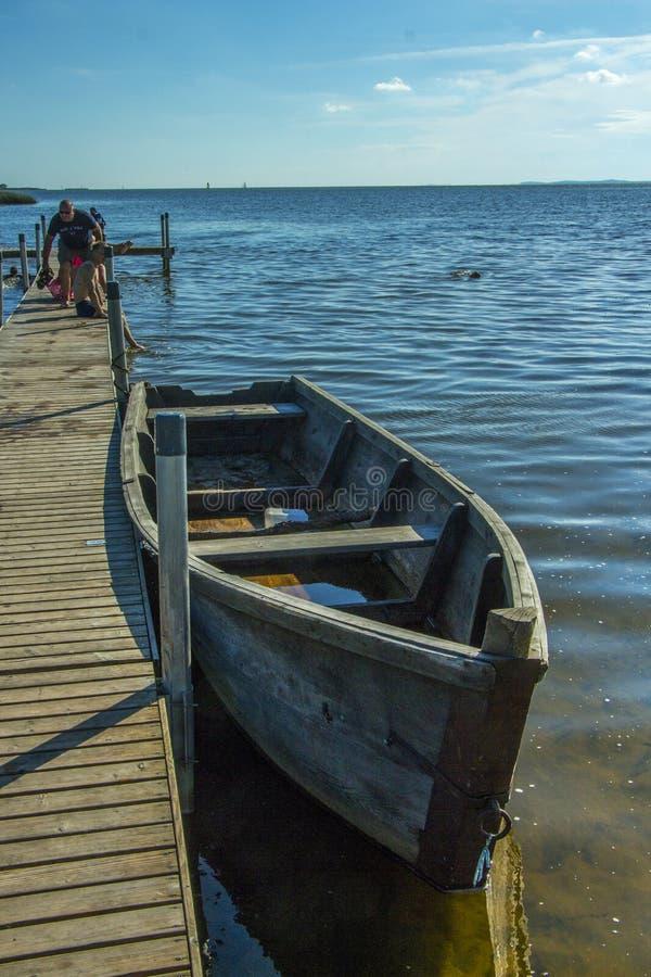 与木渔船的夏天风景由湖 库存图片