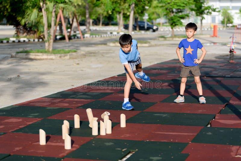 与木玩具数字的年轻亚洲男孩戏剧 库存照片