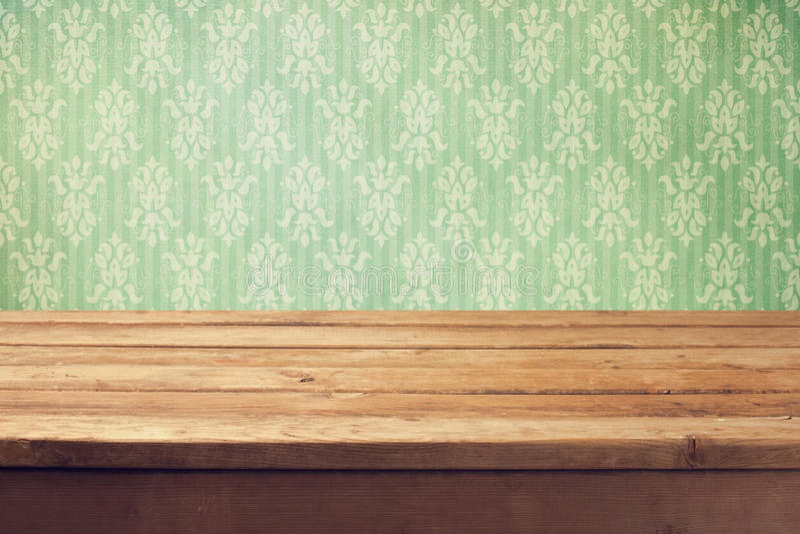 与木甲板桌和古典墙纸的葡萄酒背景 免版税库存照片
