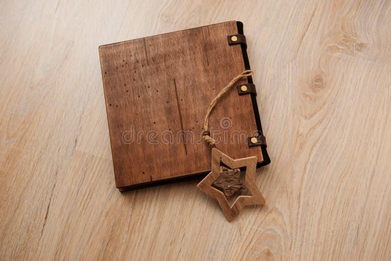 与木盖子的美丽的装饰书在轻的背景 免版税图库摄影