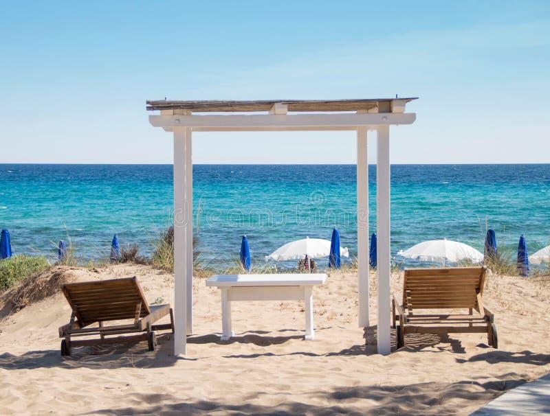 与木眺望台和海滩床的海海岸线 库存图片