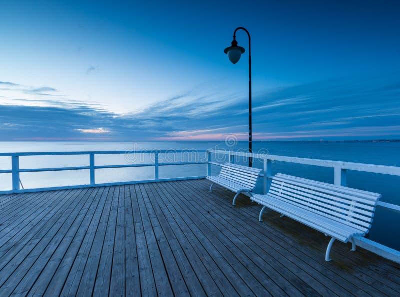 与木码头的美好的早晨海景 库存照片