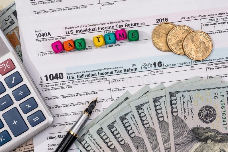 与木立方体的报税表,美元 免版税库存图片