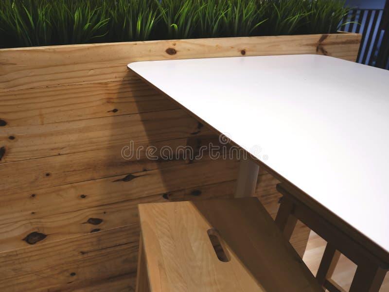 与木表和椅子的工作空间 免版税库存照片