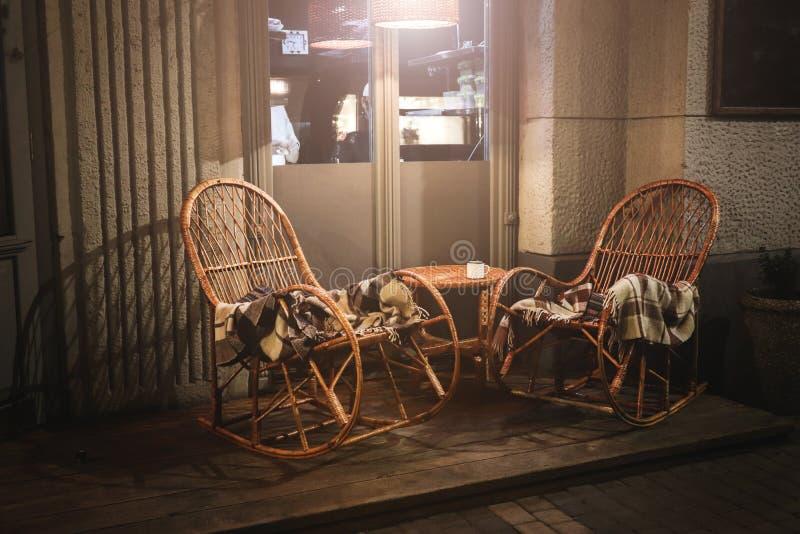 与木表的土气边路咖啡馆 图库摄影