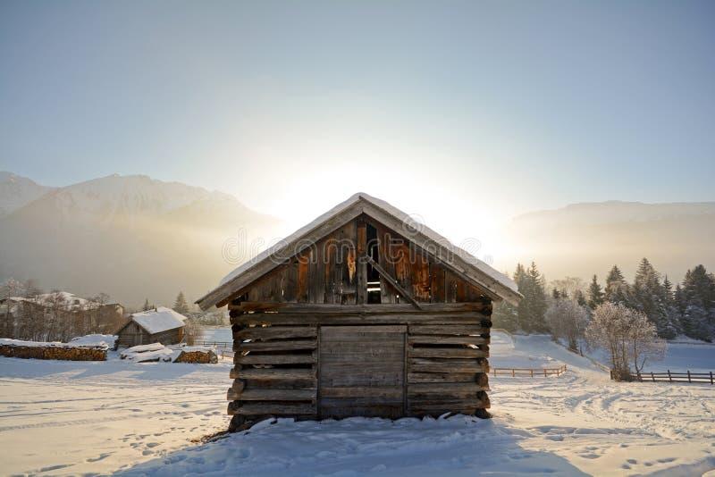与木谷仓, Pitztal阿尔卑斯-蒂罗尔奥地利的冬天风景 免版税库存图片
