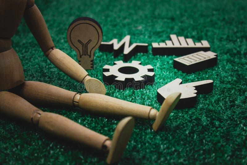 与木齿轮、电灯泡、图表或者图,健康的木图 免版税库存图片