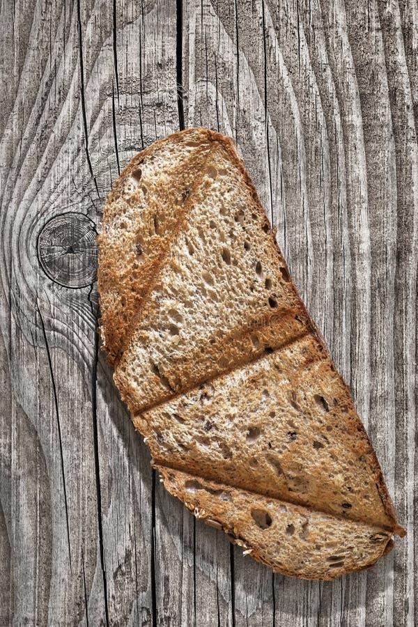 与木结-细节的老被风化的破裂的板条 库存照片