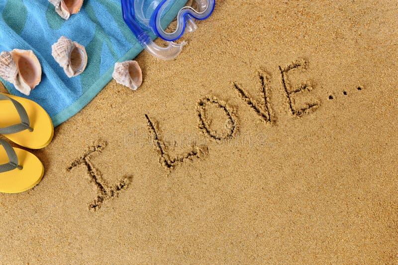 与未完成的爱消息的海滩背景 免版税图库摄影