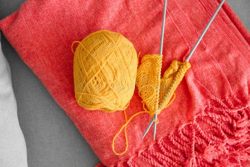 与未完成的衣裳的编物纱在软的格子花呢披肩 库存图片