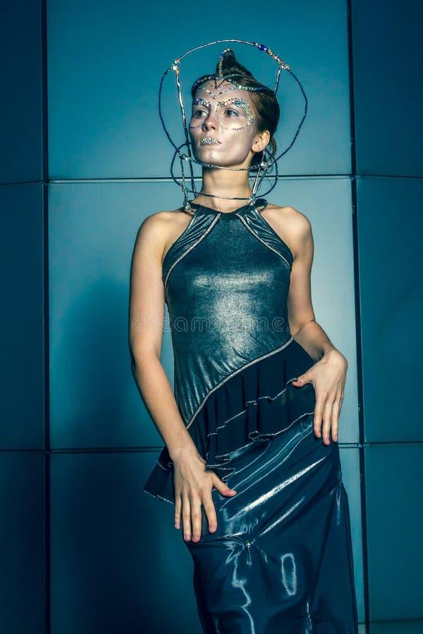 与未来派发型和构成的时装模特儿 库存照片