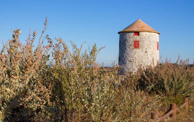 与未聚焦的被放弃的灯塔的沿海风景在背景 大西洋海岸中世纪建筑学风景  库存图片