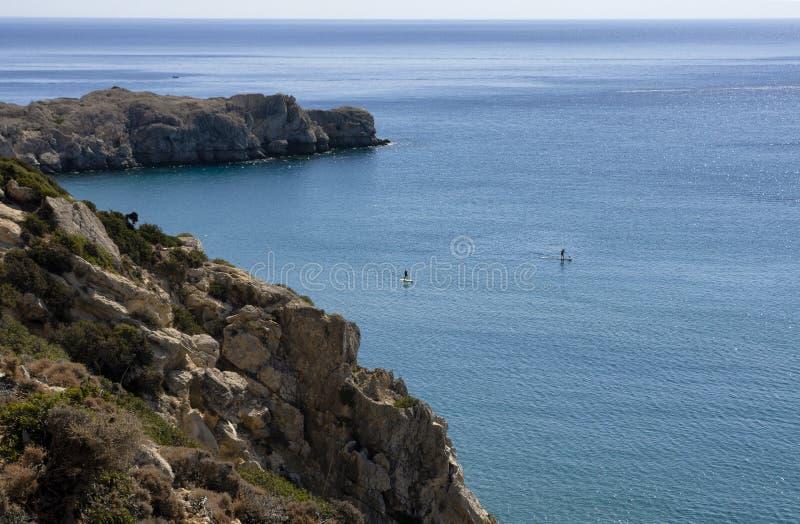 与未认出的游人的美丽的景色允诺了直立paddleboarding 免版税库存照片