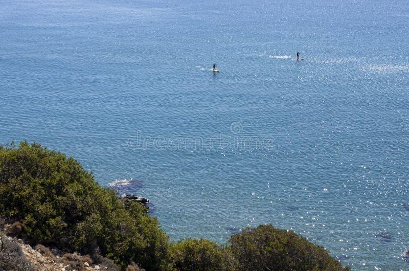 与未认出的游人的美丽的景色允诺了直立paddleboarding 免版税图库摄影