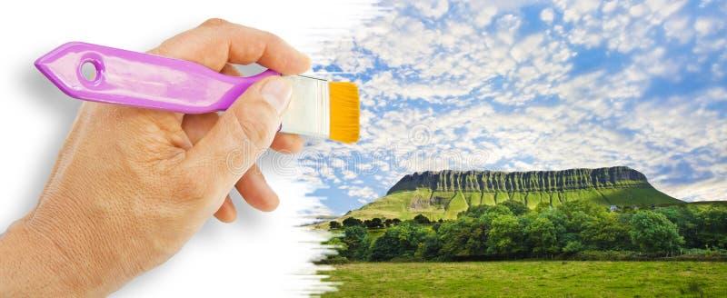 与本Bulben山的典型的爱尔兰风景叫斯莱戈它的特殊形状县的桌山-爱尔兰- 免版税库存照片