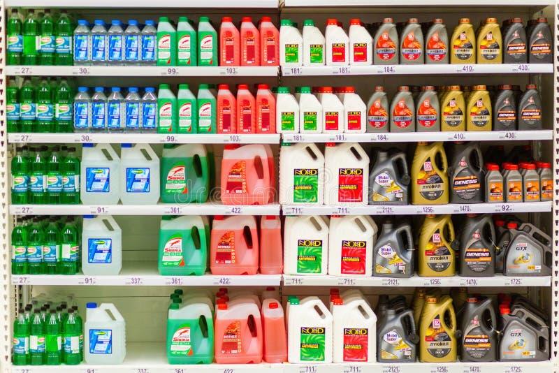 与机油和流体的罐在货架 库存图片