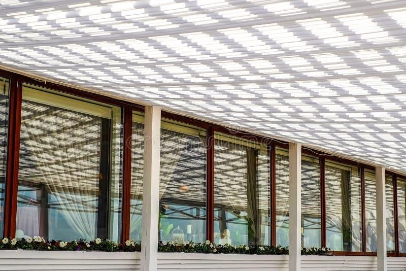 与机盖的大阳台咖啡馆 免版税库存照片