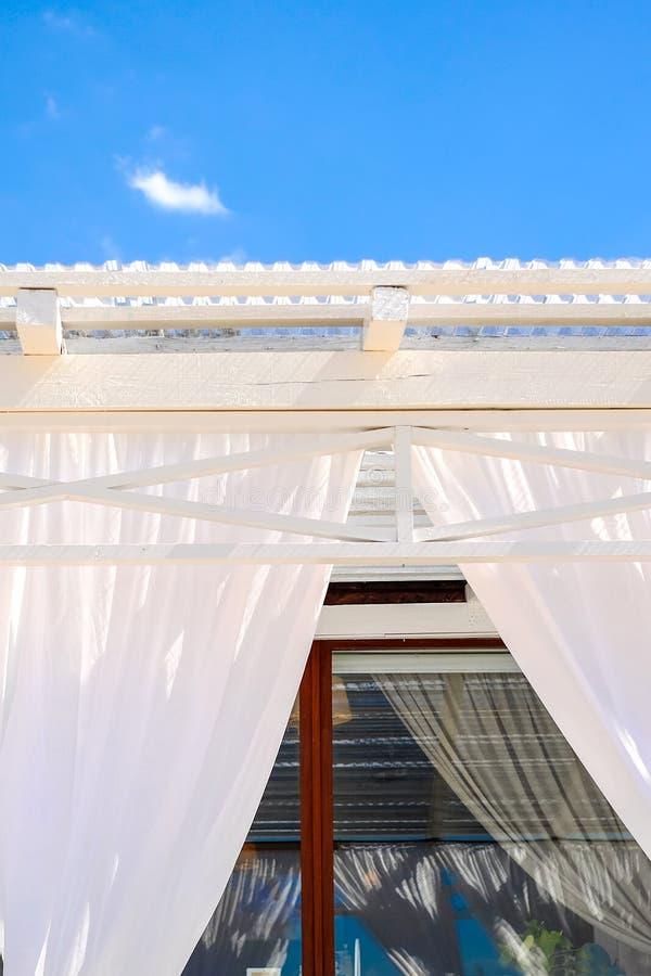 与机盖的大阳台咖啡馆 库存图片