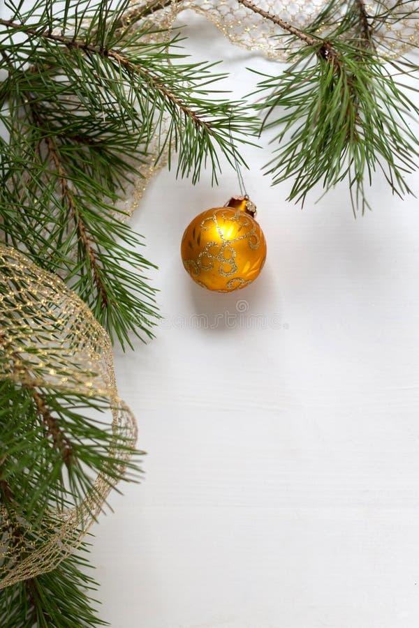 与杉木分支的圣诞树装饰在木白色背景 免版税库存照片