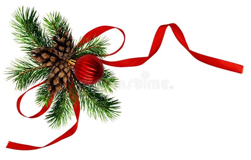 与杉木枝杈、锥体和红色丝绸丝带的圣诞节安排 图库摄影