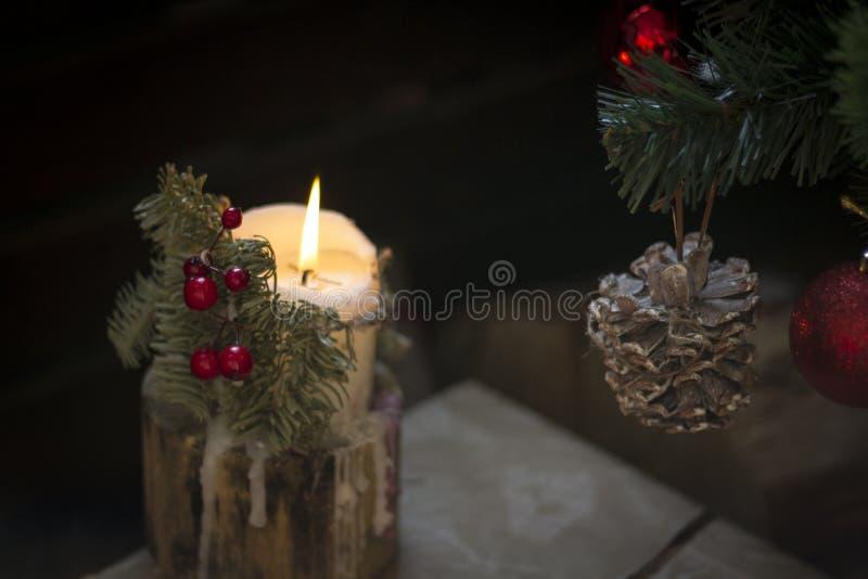 与杉木锥体的圣诞节蜡烛 免版税库存照片